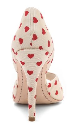 ~~The perfect Valentines Day pump ~ alice + olivia Gigi Heart Print d'Orsay Pumps~~ Pretty Shoes, Beautiful Shoes, Cute Shoes, Me Too Shoes, Mode Pin Up, Christian Louboutin, Look Retro, I Love Heart, Happy Heart