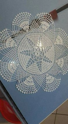 This Pin was discovered by Nes P lace round crochet Crochet Tree, Crochet Dollies, Crochet Doily Patterns, Crochet Borders, Filet Crochet, Crochet Crafts, Knitting Patterns, Flower Crochet, Crochet Tablecloth