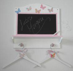 """Herzige Kindergarderobe in rosa mit bunten Schmetterlingen, Schreibtafel, kleiner Ablage und zwei Kleiderbügeln im """"Shabby Style"""" zwergliland.ch"""