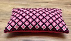 Esta época almohada Bargello tiene hermosa rosa polvoriento y costura color rosa frambuesa con un negro y rosa oscuro y negro de la frontera. El respaldo es un fieltro de color rosa brillante. Mide aprox. 11 1/2 7 y está en una condición de época. ¡Qué lindo! ¡ Gracias por verlo