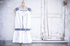 Robe ethnique blanche et broderies bleues - Le dressing de Leeloo