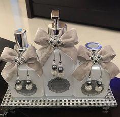 Kit 3 peças 1 sabonete líquido 250ml 1 difusor de aromas com varetas.250ml 1 Home spray 250ml Itens opcionais: solicite 1 toalha de lavabo - 38,90 1 bandeja 30x12cm - 68,90 (várias opções de cores Fragancia a escolher! * frete a contratar.
