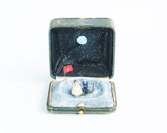 Estos diminutos dioramas históricos están escondidos dentro de antiguas cajas de anillos   Bored Panda