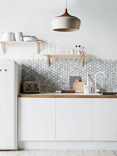 De la texture, superbe! Et une bonne idée lorsqu'il n'y a rien pour délimiter le haut du dosseret. Repéré sur http://muramur.ca/renovation/cuisine-reno/dosseret-de-cuisine-10-inspirations Crédit photo : Arkpad
