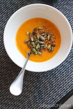 ★ Fresh Orange ★ Kvinoalla höystetty bataattikeitto on ihanan ruokaisa arkisoppa. Ja pitää isommankin nälän loitolla! Äiti ja sisko piipahtivat eilen kylässä, joten pyöräytin matkalaisille lounaan. Paistoin keiton kaveriksi helpon peltileivän ja tein avokadosta tahnan päälle. Ruokamaistui hyvin myös vieraille ja siitä jäi vielä sopivasti sen verran yli, että saan keitosta vielä tänääneväät töihin. https://www.facebook.com/groups/627844363988788/permalink/637715943001630/
