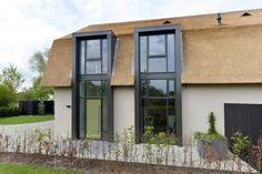 www.hendrikshoveniers.nl Boerderijtuin, #renovatieboerderij, rietenkap, moderne woning, #woonboerderij, #nieuwbouw, #exclusieve tuin, #strakke tuin, grasveld, tuinafscheiding #tuinhuisje, #bestrating #terrastegels, beplanting, renovatie.