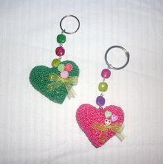 llaveros corazaon amigurumi adornados con abalorios y lacitos