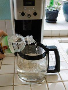 Limpia tu cafetera Vierte en la cafetera partes iguales de vinagre y agua. Enciende la cafetera, a la mitad del ciclo apágala y repite el procedimiento. Después de esto, enciende la cafetera dos veces con agua limpia.