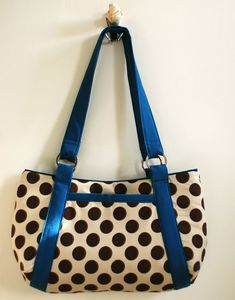 Usually homemade bags look a little, well, homemade to me. But I am loving this chic little hobo by UK crafter Lisa Lam.