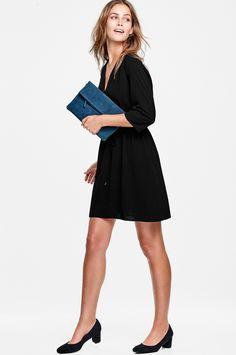 Skjortklänning Ingela är i snygg, rak modell med dragsko i midjan. V-ringning fram med metallknappar. Trekvartslång, rak ärm. Kjolen har vävt, blankt foder. Längd ca 92 cm i stl 36.