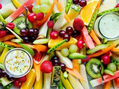 Fristende frukt- og grønnsaksfat med kesam- og basilikumsdipp