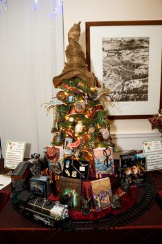 We love this tabletop Harry Potter Christmas tree! Click through for more Harry Potter Christmas decoration ideas. Deco Noel Harry Potter, Natal Do Harry Potter, Harry Potter Navidad, Harry Potter Weihnachten, Theme Harry Potter, Harry Potter Love, Cool Christmas Trees, Noel Christmas, Christmas Crafts
