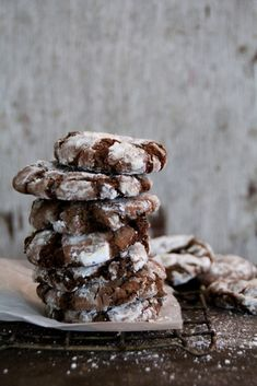 Crunchy outside, soft chocolatey inside with little chunks of chocolate and a hint of mint. (in Norwegian) Chocolate Mint Cookies, Food Inspiration, Cookie Recipes, Stuffed Mushrooms, Good Food, Food And Drink, Sweets, Eat, Breakfast