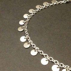 Bracelet fin avec petits sequins - breloque ronde de 4 mm - acier inoxydable