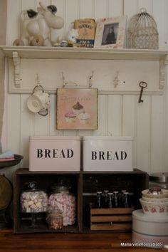 wooden crate/box. caja madera. kitchen. cocina. decoration. decoración. storage. almacenaje. bread . vintage