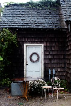 Reminds me of a little cottage I stay in at on the Sunshine Coast in British Columbia, Canada!