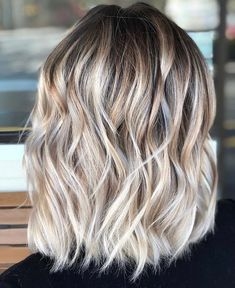 Hair balayage, beachy blonde hair, blonde hair with roots, hair color balay Beachy Blonde Hair, Blonde Hair With Roots, Balayage Hair Blonde Medium, Honey Blonde Hair, Dark Blonde, Balyage Short Hair, Medium Hair Styles, Short Hair Styles, Hair Highlights