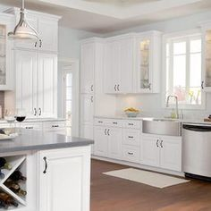 Traditional Antique White Kitchen Welcome! This photo gallery has pictures of kitchens featuring cream or antique white kitchen cabinets in traditional styles. Painting Kitchen Cabinets White, Kitchen Cabinets Pictures, Maple Kitchen Cabinets, Kitchen Cabinet Design, Interior Design Kitchen, White Cabinets, Kitchen Paint, Simple Interior, Kitchen Island