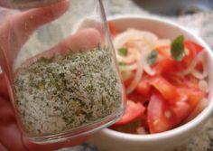 Sal de ervas: 1 colher de sopa de alecrim 1 colher de sopa de salsinha seca 1 colher de sopa de manjericão 1 colher de sopa de orégano 1/2 xícara de sal light (possui menor teor de sódio e mais potássio) - Adicione todos os ingredientes no liquidificador ou mixer e bata até que fiquem misturados e mais finos. Conserve em um recipiente de vidro tampado. Validade: 3 semanas.