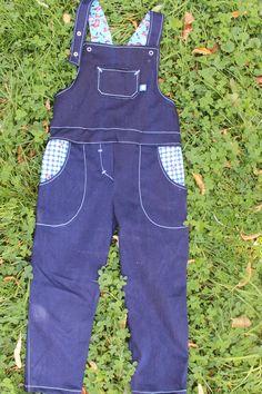 Freebook Latzhose Bubblegum - BonBonJour Denim Jumpsuit, Overalls, Shorts, Baby Overall, Salopette Jeans, Sewing For Kids, Sewing Clothes, Blue Jeans, Parachute Pants