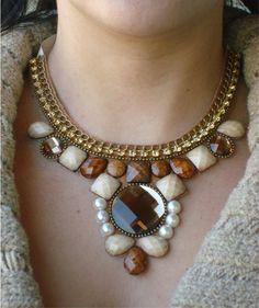 Maxi Colar marrom/dourado em pedrarias chatons, com strass e correntes. Fechamento com amarração.