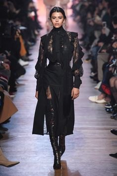The complete Elie Saab Fall 2018 Ready-to-Wear fashion show now on Vogue Runway. Moda Fashion, Fashion 2018, Fashion Week, Trendy Fashion, High Fashion, Fashion Outfits, Womens Fashion, Paris Fashion, 90s Fashion