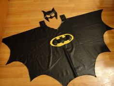 Need to make this to go with his big brothe shirt! who has an old black shirt for me!Batman cape and mask Batman Cape, Batman Vs Superman, Batman Birthday, Batman Party, Sewing Kids Clothes, Sewing For Kids, Batman Crafts, Princess Aprons, Superhero Capes