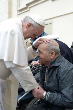 """Pape François - Papa Francesco - Papa Francisco - Pope Francis : """"Pour rencontrer le Dieu vivant, il est indispensable d'embrasser tendrement les plaies de Jésus sur nos frères affamés, pauvres, malades, prisonniers."""" Pape François, homélie du 3 juillet 2013"""
