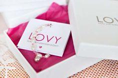 Luxe baby armbandjes van LOVY als kraamcadeau, met symbolisch zilveren geluksbelletje via http://shop.lovy.nl/baby-armbandjes-met-geluksbelletjes