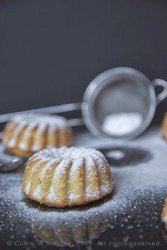 Ciambelline alla ricotta e profumo di limone, dolcetti delicatissimi senza condimento, dalla consistenza spugnosa e particolare.