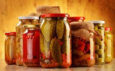 Drinking pickle juice might sound strange, but it offers healthy benefits after a hard workout. Probiotic Foods, Fermented Foods, Fermented Cabbage, Pickles Benefits, Drinking Pickle Juice, Syn Free Snacks, Fruit Squash, Slimming World Snacks, Home Canning