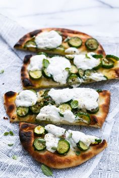 pizzas ricotta Zucchini Naan Flatbread with Lemon Ricotta Zucchini Naan Flatbread with Lemon Ricotta - Proof that dinner in a hurry doesn& have to be any less delicious. Quick Appetizers, Appetizer Recipes, Antipasto, Vegetarian Recipes, Cooking Recipes, Healthy Recipes, Vegetable Recipes, Naan Flatbread, Sandwiches