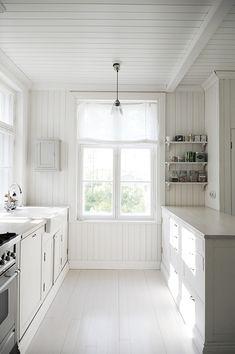 Hyppäsin tänä aamuna aikaisin ylös vahaamaan keittiön työtasoja. Keittiö on päivisin jatkuvassa käytössä ja työtasojen vahaaminen on siir...