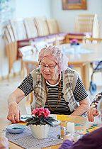 p312m1054625f, 55-60 Jahre, Ältere Menschen, Einzelperson, Genießen, Lockenwickler, Positiv, Spaß, Wohngebiet
