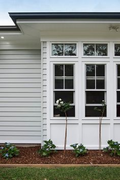 Love the coastal look? Scyon Linea weatherboards allow you to create a classic weatherboard look without the maintenance. Love the coastal look? Scyon Linea weatherboards allow you to create a classic weatherboard look without the maintenance. Exterior Color Schemes, House Color Schemes, Exterior Paint Colors, Exterior House Colors, Colour Schemes, Exterior Design, Interior And Exterior, Weatherboard Exterior, Hamptons House