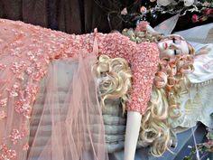 Sleeping Beauty by Elie Saab. // La famosa tienda departamental londinense Harrods mostró una colección de alta costura lograda por un mágico despliegue de vestidos basados en las clásicas princesas de Disney reimaginados por un selecto grupo de diseñadores.
