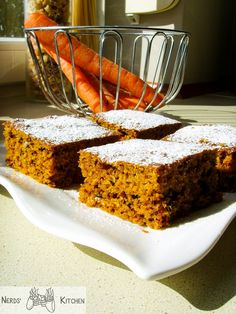 Proste, tanie i pysznie wilgotne w środku - takie jest właśnie ciasto marchewkowe. Przełamane smakiem orzechów ze słoną nutą. Food And Drink, Kitchen, Good Food, Cooking, Kitchens, Cuisine, Cucina
