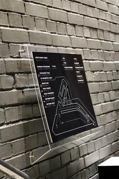 Sidur museum accessible environment on behance wayfinding & beyond wayf Wayfinding Signage, Signage Design, Environmental Graphics, Environmental Design, Evacuation Plan, Navigation Design, Map Shop, Sign System, Office Branding