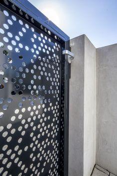 Dieser Zaun ist Einladung und Schutz zugleich: Was auf den ersten Blick kinderleicht erscheint, kann zu einer echten Herausforderung werden: welcher Gartenzaun passt zu meinem neuen Haus? Schließlich hat ein Zaun gleich zwei Aufgaben, die unterschiedlicher nicht sein können. MEVACO PRODUKTDATEN: Rundlochung Rv 20-32, Aluminium, 3mm, nachträglich pulverbeschichtet Aluminium, Rv, Perforated Metal, Garden Fencing, Taps, Pipes, Steel, House, Motorhome