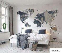 Biały pokój z mapą świata na ścianie
