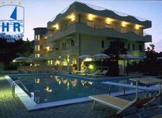 La spiaggia privata dell'Hotel Rivadoro, molto ampia e sabbiosa, si trova in una zona tra le più belle di tutta la costa del Comune di Martinsicuro