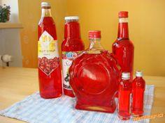 Na růžový sirup můžeme použít jakékoliv květy z pnoucí růže (kvůli barvě se používají růžové a červe... Kimchi, Hot Sauce Bottles, Preserves, Canning, Fruit, Food, Syrup, Preserve, Essen