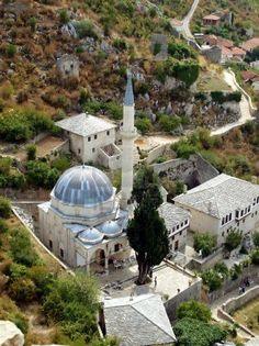 Un fragmento de la vieja ciudad con un Pocitelj Mezquita destacado en Bosnia y Herzegovina en los Balcanes