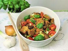 Es kommt selten vor, dass wir altes Brot haben. Doch wenn, dann machen wir daraus das Beste, das man aus unserer südländischen Sicht damit machen kann: Panzanella! Panzanella ist ein besonders feiner italienischer Brotsalat, der sich auch dafür eignet Brotresten zu verwerten! Versucht unser Rezept! #panzanella #Brotsalat #Brot #Resten #verwerten #italienischeKüche #LaCucinaAngelone #DieAngelones #Familienküche #Foodwaste Kung Pao Chicken, Ethnic Recipes, Food Food, Italian Bread Salad, Italian Kitchens