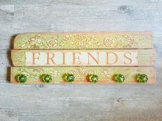 Zeer grote kapstok ' FRIENDS' met groene glazen knoppen