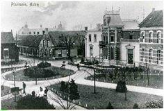 0214073 Coll. Chr. Warnar: Koningsplein Plantsoen huis Familie Bluijssen rechts Bartholomeus, man met hondenwagen is de perken aan het verzorgen. 1905