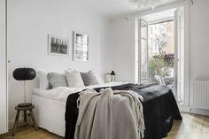 Varmt välkommen till en väl disponerad och snygg bostad i lugnt läge med utgång till innergården och utevistelse. Här påminns du om husets sekelskiftesarv med vackra stuckaturer och valv i kombination med höga fönster som ger ett härligt ljus till lägenheten. Kök och badrum är i mycket gott skick och ytskikten är fräscha. Planlösningen ger ett trevligt och socialt flöde till bostaden och tillsammans med öppenheten mot den intima gården så blir den perfekt för trevliga samkväm med goda…
