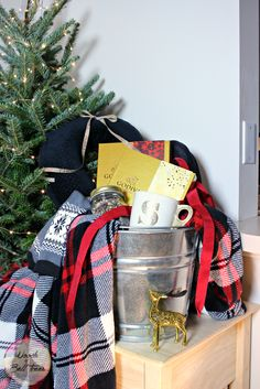 The 22 Best Ideas for Book Gift Basket Ideas . I love gift baskets! Theme Baskets, Book Baskets, Themed Gift Baskets, Raffle Baskets, Gift Basket Themes, Best Gift Baskets, Gift Baskets For Women, Diy Holiday Gifts, Diy Gifts