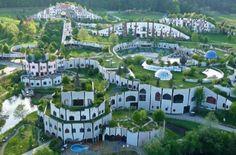 I grandi dell'arte – Hundertwasser, il medico dell'architettura The greats of art – Hundertwasser, the doctor of architecture – Barbara Picci Unusual Buildings, Interesting Buildings, Amazing Buildings, Modern Buildings, Gaudi, Green Architecture, Architecture Details, Landscape Architecture, Friedensreich Hundertwasser