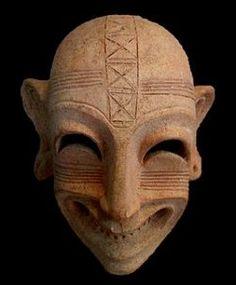 Маски, изображающие демонов, клались в могилы финикийцев. Они должны были охранять умерших от злых духов. Карфагенская погребальная маска, Сицилия. VIII— VI вв. до н. э.